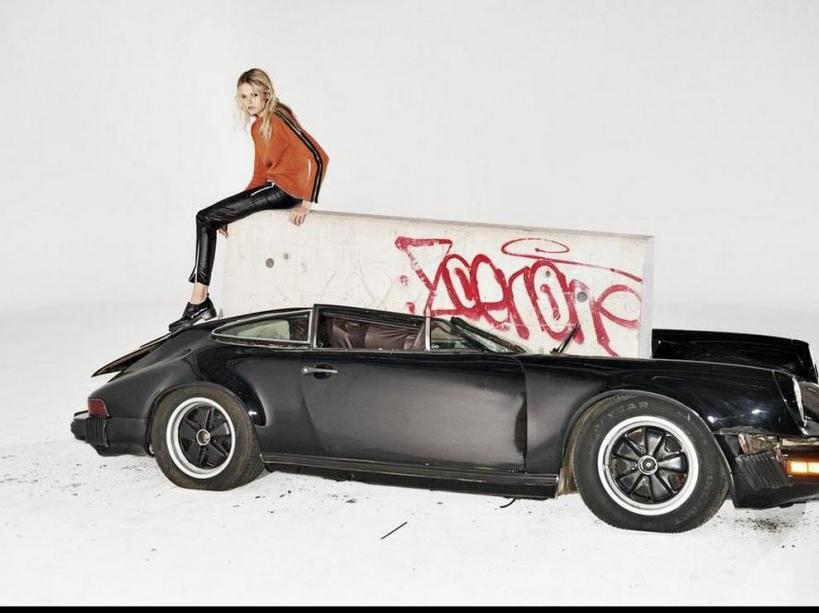 Gabriella Wilde posant sur les restes de la voiture