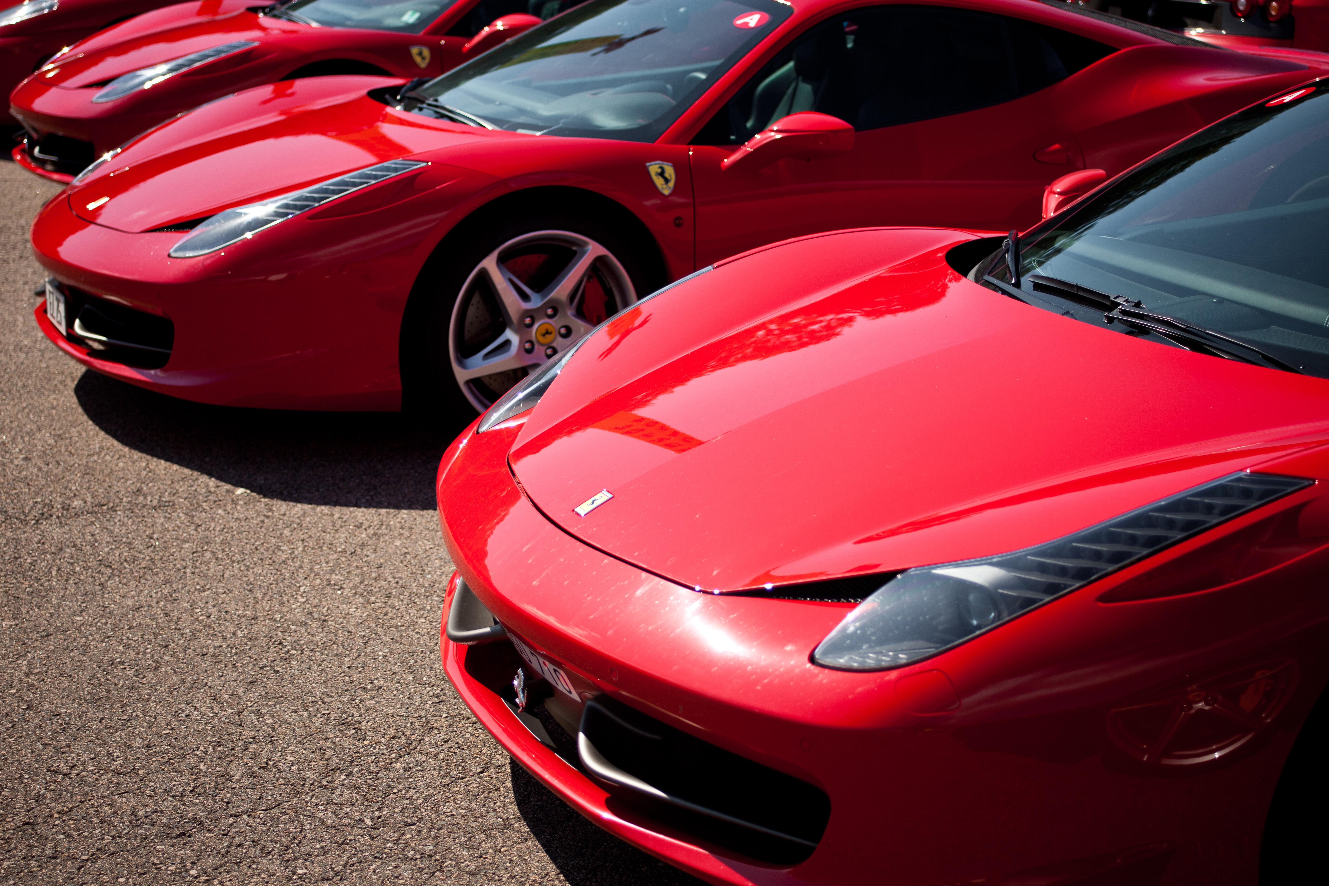 Un groupe de Ferrari 458