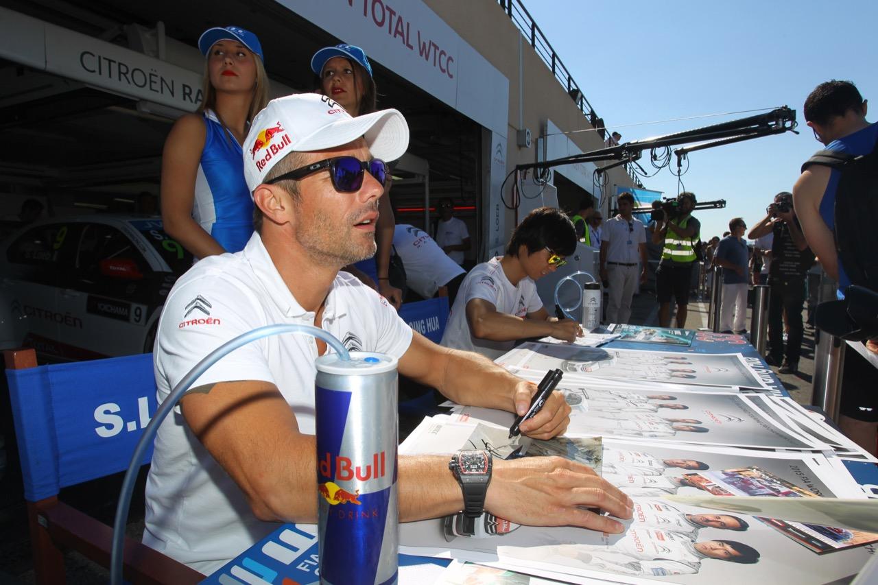 Sébastien Loeb en séance de dédicasses